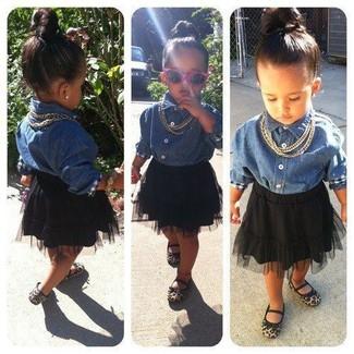 Comment porter: chemise de ville en denim bleue, jupe de tulle noire, ballerines marron clair