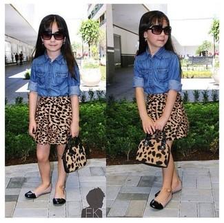 Comment porter: chemise de ville en denim bleue, jupe imprimée léopard marron, ballerines noires