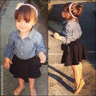 Comment porter: chemise de ville en denim bleue, jupe noire, ballerines marron clair
