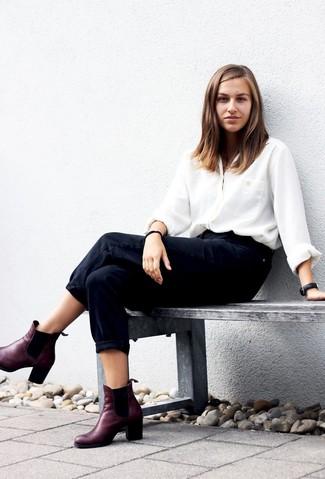 Comment porter: chemise de ville en soie blanche, jean boyfriend noir, bottines chelsea en cuir bordeaux