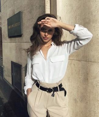 Comment porter une chemise de ville en soie blanche: Associe une chemise de ville en soie blanche avec un pantalon large beige pour avoir l'air vraiment magnifique.