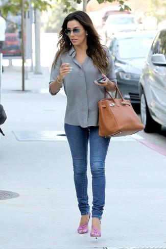Comment porter: chemise de ville grise, jean skinny bleu, sandales à talons en cuir fuchsia, sac fourre-tout en cuir tabac