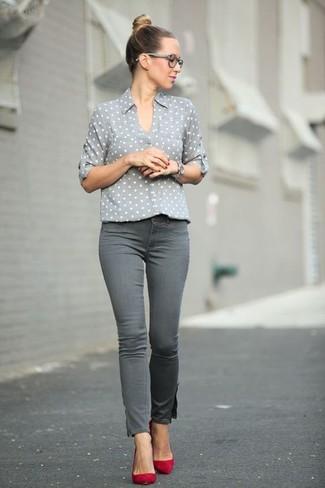 Comment porter: chemise de ville á pois grise, jean skinny gris, escarpins en daim rouges, montre argentée