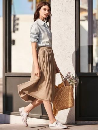 Comment porter: chemise de ville grise, jupe mi-longue plissée marron clair, baskets basses en toile blanches, sac fourre-tout de paille marron clair