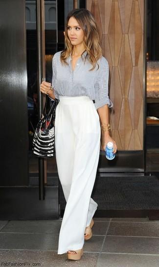 Une chemise de ville à porter avec un pantalon large blanc: Harmonise une chemise de ville avec un pantalon large blanc si tu recherches un look stylé et soigné. Si tu veux éviter un look trop formel, fais d'une paire de des sandales compensées en cuir beiges ton choix de souliers.