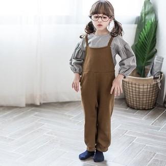 Comment porter: chemise de ville grise, salopette marron, chaussettes bleu marine