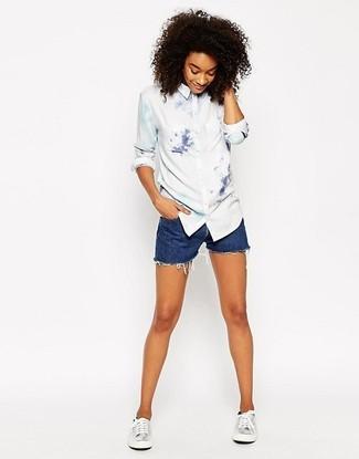 Comment porter un short en denim bleu: Harmonise une chemise de ville imprimée tie-dye blanche avec un short en denim bleu pour affronter sans effort les défis que la journée te réserve. Décoince cette tenue avec une paire de des baskets basses en cuir argentées.