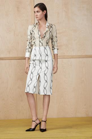 Comment porter: chemise de ville imprimée beige, jupe crayon imprimée blanche, escarpins en cuir noirs