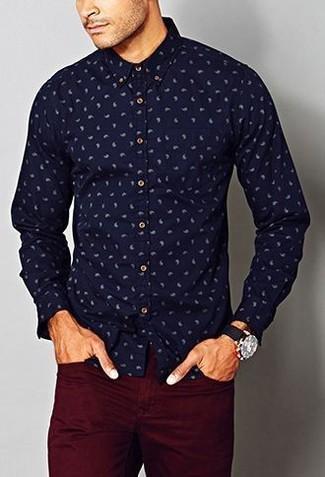 Comment porter: chemise de ville imprimée cachemire bleu marine, pantalon chino bordeaux, montre en toile noire
