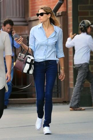 Comment porter: chemise de ville bleu clair, jean bleu marine, baskets basses en toile blanches, sac fourre-tout en cuir multicolore