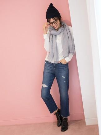 Comment porter: chemise de ville blanche, jean déchiré bleu marine, bottines à lacets en cuir noires, bonnet noir