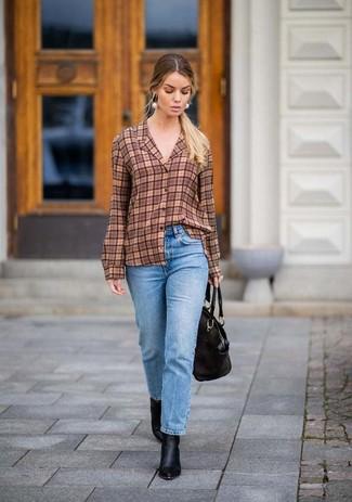 Comment porter: chemise de ville écossaise marron, jean bleu clair, bottines en cuir noires, sac fourre-tout en cuir noir