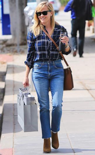 Comment porter: chemise de ville écossaise blanc et bleu marine, jean bleu, bottines en daim marron, sac bandoulière en cuir marron
