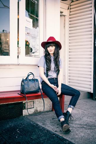 Comment porter: chemise de ville bleu clair, jean bleu marine, bottines plates à lacets en cuir noires, sac à main en cuir bleu marine