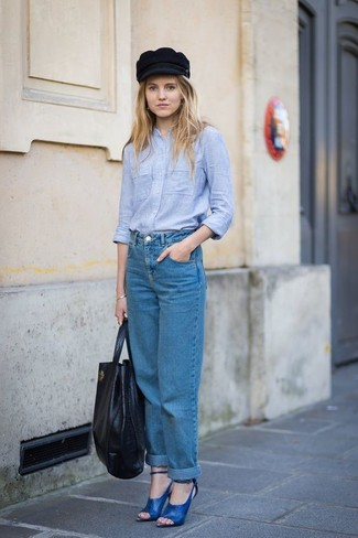 Comment porter: chemise de ville en chambray bleu clair, jean boyfriend bleu, sandales à talons en cuir bleues, sac fourre-tout en cuir noir