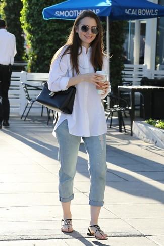 Comment porter: chemise de ville blanche, jean boyfriend déchiré bleu clair, tongs en cuir ornées noires, cartable en cuir noir