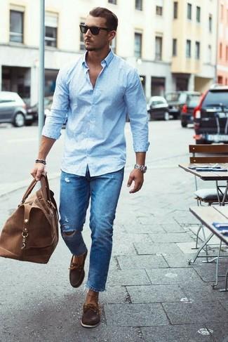 Comment porter: chemise de ville á pois bleu clair, jean déchiré bleu, chaussures bateau en cuir marron foncé, grand sac en cuir marron
