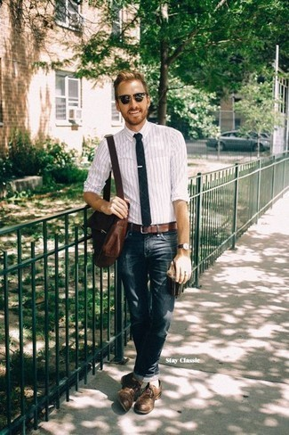 Comment porter une besace en cuir marron: Pense à opter pour une chemise de ville à rayures verticales blanche et une besace en cuir marron pour une tenue idéale le week-end. Transforme-toi en bête de mode et fais d'une paire de des chaussures derby en cuir marron ton choix de souliers.