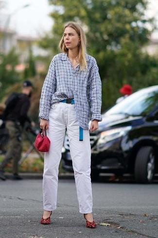 Comment porter: chemise de ville en vichy bleu clair, jean blanc, escarpins en daim imprimés léopard rouges, pochette rouge