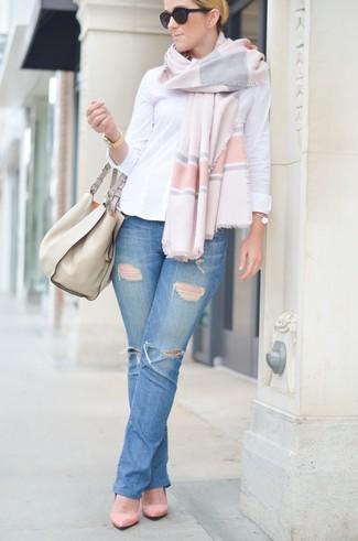 Comment porter: chemise de ville blanche, jean déchiré bleu, escarpins en daim roses, sac fourre-tout en cuir beige