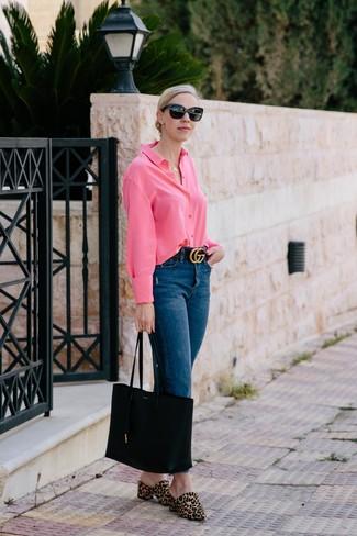 Comment porter un jean bleu marine: Associe une chemise de ville fuchsia avec un jean bleu marine pour achever un look chic. D'une humeur audacieuse? Complète ta tenue avec une paire de des mules en poils de veau imprimées léopard marron clair.