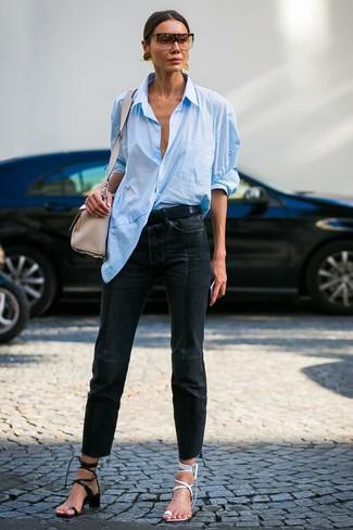 Comment porter: chemise de ville bleu clair, jean noir, sandales à talons en cuir blanches, sandales à talons en cuir noires
