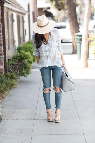 Comment porter: chemise de ville à rayures verticales blanc et bleu, jean déchiré bleu, sandales compensées en cuir beiges, sac fourre-tout en cuir gris