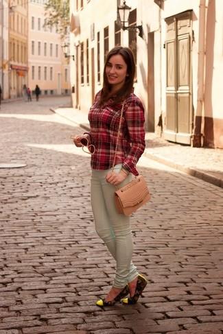 Comment porter: chemise de ville écossaise rouge, jean skinny vert menthe, ballerines en cuir camouflage vert foncé, sac bandoulière en cuir rose