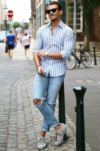 Comment porter: chemise de ville à rayures verticales bleu clair, jean skinny déchiré bleu clair, baskets basses grises, lunettes de soleil noires