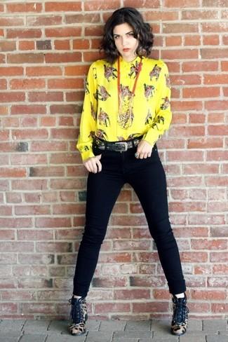 Comment porter: chemise de ville imprimée jaune, jean skinny noir, bottines à lacets en poils de veau imprimées léopard marron clair, ceinture noire