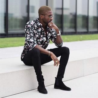 Comment porter: chemise de ville à fleurs noire, jean skinny noir, bottines chelsea en daim noires, montre argentée
