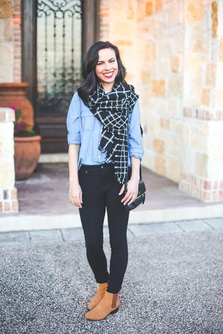 Comment porter: chemise de ville bleu clair, jean skinny noir, bottines chelsea en daim marron clair, sac bandoulière en cuir noir