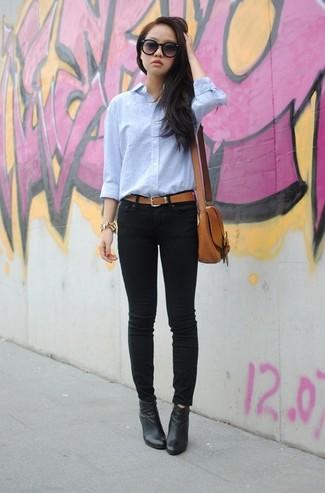 Comment porter: chemise de ville bleu clair, jean skinny noir, bottines en cuir noires, sac bandoulière en cuir marron