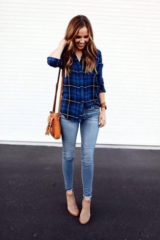 Comment porter: chemise de ville écossaise bleue, jean skinny bleu clair, bottines en daim beiges, sac bandoulière en cuir marron clair