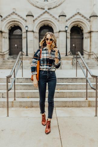 Comment porter: chemise de ville écossaise multicolore, jean skinny bleu marine, bottines en cuir tabac, sac fourre-tout en cuir orange