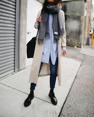 Comment porter: chemise de ville bleu clair, jean skinny bleu marine, chaussures derby en cuir noires, cartable en cuir noir
