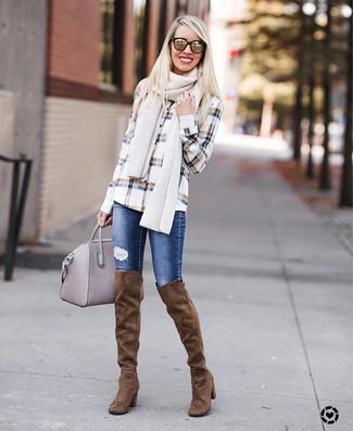 Comment porter: chemise de ville à carreaux blanche, jean skinny déchiré bleu, cuissardes en daim marron, sac fourre-tout en cuir gris