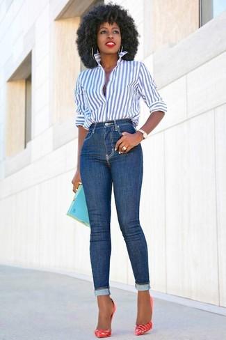 Comment porter: chemise de ville à rayures verticales blanc et bleu, jean skinny bleu, escarpins en cuir rouges, pochette turquoise
