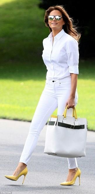 Comment porter: chemise de ville blanche, jean skinny blanc, escarpins en cuir jaunes, sac fourre-tout en cuir blanc