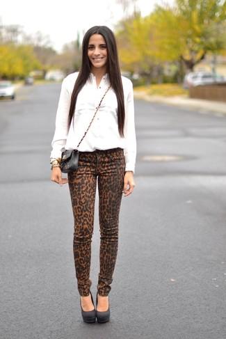 Comment porter: chemise de ville blanche, jean skinny imprimé léopard marron clair, escarpins en daim noirs, sac bandoulière en cuir matelassé noir