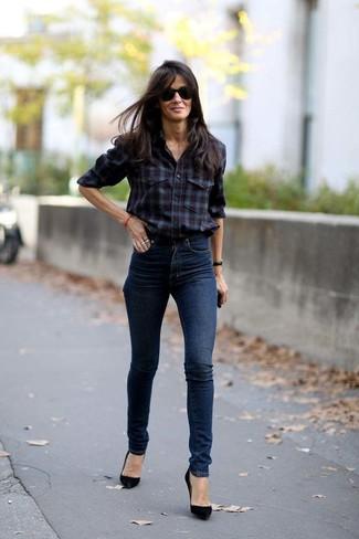 Comment porter: chemise de ville écossaise bordeaux, jean skinny bleu marine, escarpins en daim noirs, lunettes de soleil noires