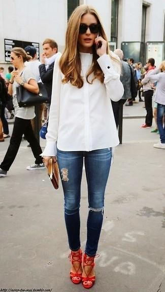 Tenue de Olivia Palermo: Chemise de ville blanche, Jean skinny déchiré bleu marine, Sandales à talons en cuir rouges, Pochette en cuir marron clair