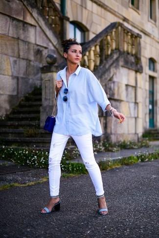 Comment porter: chemise de ville bleu clair, jean skinny déchiré blanc, sandales à talons en cuir bleu clair, sac bandoulière en cuir bleu