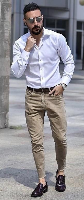 Comment porter: chemise de ville blanche, jean marron clair, slippers en cuir violets, ceinture en cuir marron foncé