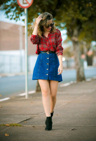 Comment porter: chemise de ville écossaise rouge, jupe boutonnée en denim bleue, bottines chelsea en daim noires, ceinture en cuir noire