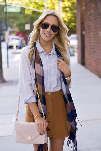 Comment porter un sac bandoulière en cuir matelassé beige: Marie une chemise de ville bleu clair avec un sac bandoulière en cuir matelassé beige pour une tenue relax mais stylée.