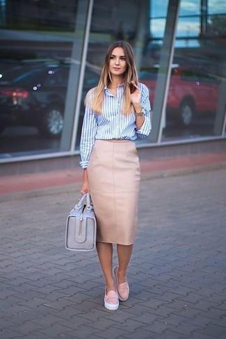 Comment porter: chemise de ville à rayures verticales blanc et bleu, jupe crayon en cuir rose, baskets à enfiler en cuir roses, cartable en cuir bleu clair
