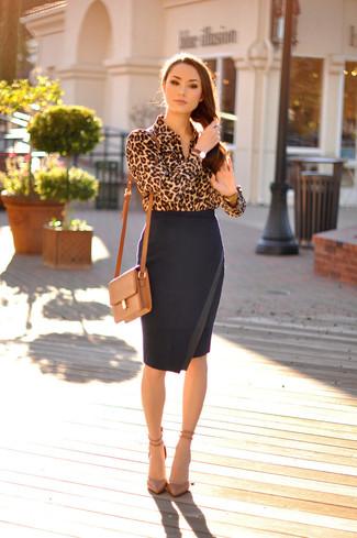 Comment porter chemise de ville imprimée léopard marron clair, jupe crayon  noire, escarpins