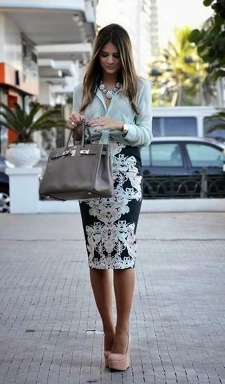 Comment porter: chemise de ville vert menthe, jupe crayon à fleurs noire et blanche, escarpins en daim beiges, sac fourre-tout en cuir gris foncé