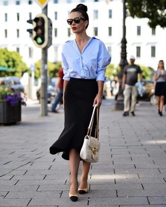 Comment porter: chemise de ville bleu clair, jupe crayon à volants noire, escarpins en cuir noir et marron clair, cartable en cuir matelassé blanc